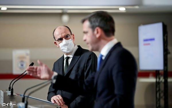 コロナワクチンの接種計画を発表するカステックス仏首相(左)とベラン保健相(3日、パリ)=ロイター
