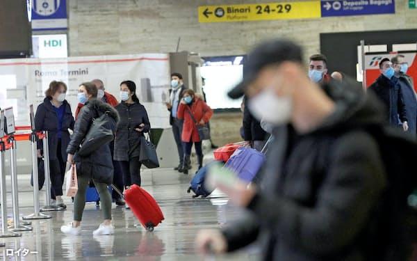 ローマ中央駅構内を行き交うマスク姿の人たち(2日)=ロイター
