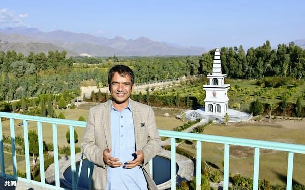 アフガニスタン東部ナンガルハル州にある中村哲さんの名前を冠した公園で、農業事業について説明するディダール・ムシュダク技師(11月)=共同