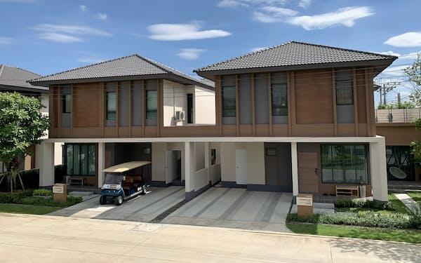 日本を意識し、瓦風の屋根と木目調の外壁を採用した(バンコク近郊)