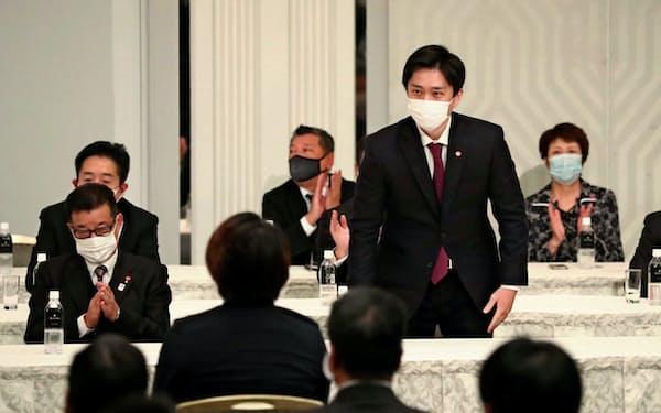 大阪府市の二重行政解消を目指す吉村知事(右から2人目)と松井市長(左手前、11月、大阪市)