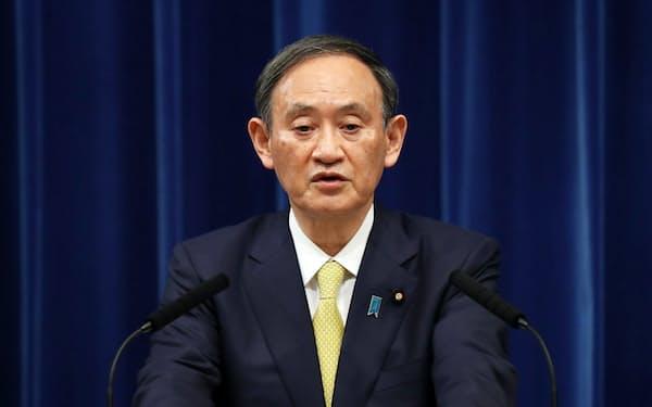 記者会見する菅首相(4日、首相官邸)
