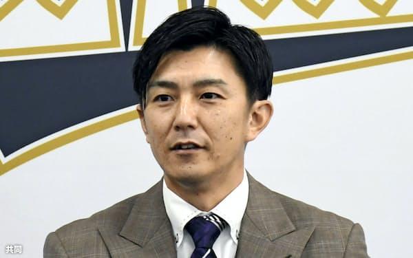 契約交渉を終えて記者会見するオリックスの増井(4日、大阪市)=共同