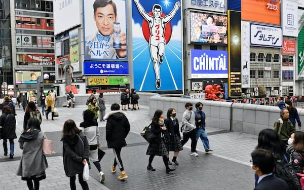 マスク姿で繁華街を行き交う人たち(3日、大阪市中央区)