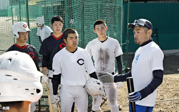 智弁和歌山高の選手を指導するイチローさん(4日、和歌山市)=共同