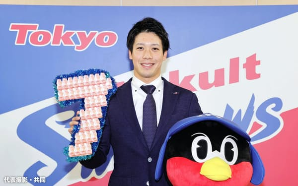 7年契約を結び、「7」の数字を掲げるヤクルト・山田哲(4日、東京都内の球団事務所)=代表撮影・共同