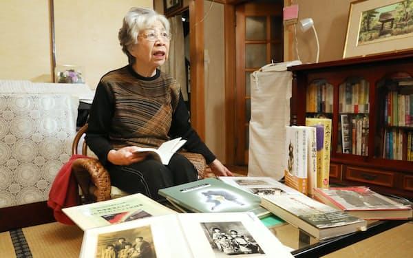 戦争孤児だった過去を本にまとめた金田茉莉さん(埼玉県蕨市)