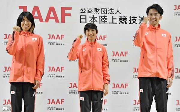 記者会見でポーズをとる、陸上の東京五輪代表に決まった3選手。(左から)女子1万メートルの新谷仁美、女子5000メートルの田中希実、男子1万メートルの相沢晃(5日午前、大阪市)=共同