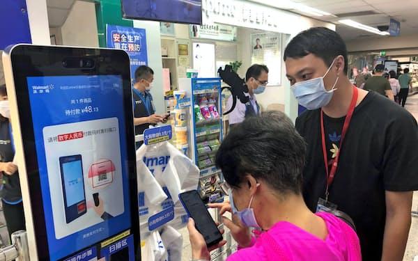 中国・深圳市では実店舗での決済のみを実験した(10月13日、市内の「ウォルマート」)