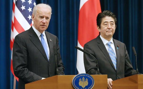 バイデン氏は日米韓体制を重視してきた(米副大統領時代の2013年12月、当時の安倍首相と共同記者会見)                                                         共同記者発表をする安倍首相とバイデン米副大統領(2013年12月3日午後、首相官邸)