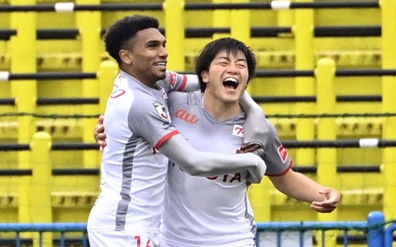 先制ゴールを決め、喜ぶ名古屋・相馬(右)=共同