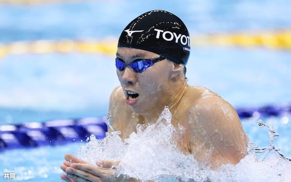 男子200メートル平泳ぎ決勝 2分7秒08で2連覇した渡辺一平(6日、東京アクアティクスセンター)=共同