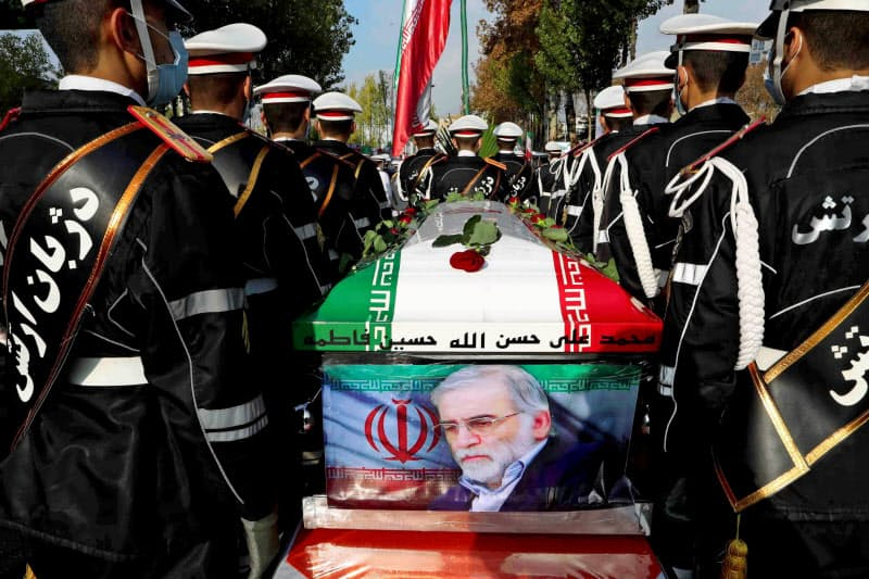 暗殺されたイランの核科学者ファクリザデ氏のひつぎを運ぶ兵士ら(テヘラン、11月30日)=ロイター
