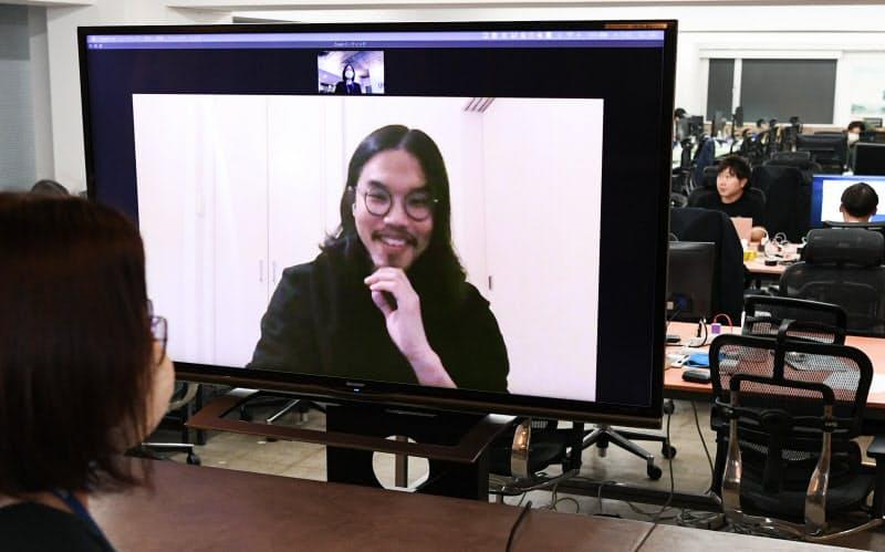 北海道に移住し、オンラインで東京のオフィスの社員と話す山田純希さん(東京都港区)