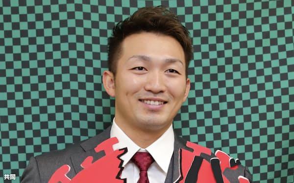 契約を更改しポーズをとる広島の鈴木誠(9日、マツダスタジアム)=共同