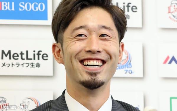 契約更改交渉を終え、取材に応じる西武・外崎(9日、埼玉県所沢市の球団事務所)=代表撮影・共同