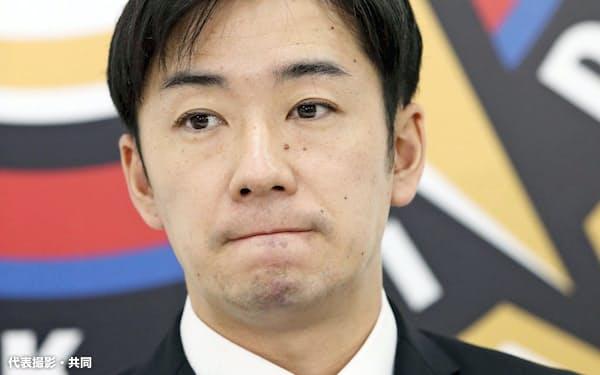 契約更改交渉を終え、記者会見する日本ハム・斎藤(9日、札幌市内の球団事務所)=代表撮影・共同