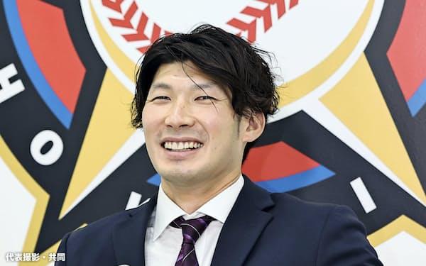 契約更改交渉を終え、記者会見する日本ハム・大田(10日、札幌市内の球団事務所)=代表撮影・共同