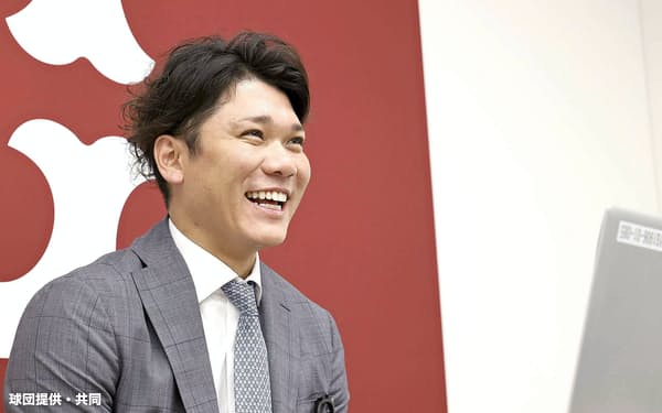 リモートで契約更改の記者会見を行う巨人・坂本(10日、東京・大手町の球団事務所)=球団提供・共同