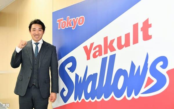 ヤクルトへの入団記者会見を行い、笑顔でポーズをとる内川聖一内野手(11日、東京都内の球団事務所)=代表撮影・共同