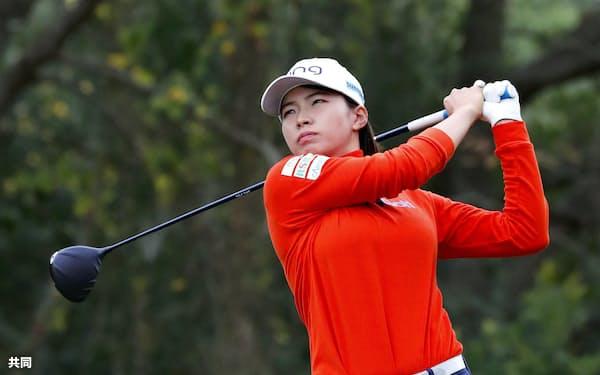 ゴルフの全米女子オープン選手権第2ラウンドで、通算7アンダーの単独首位に立った渋野日向子。5番でティーショットを放つ(11日、米ヒューストンのチャンピオンズGC)=共同