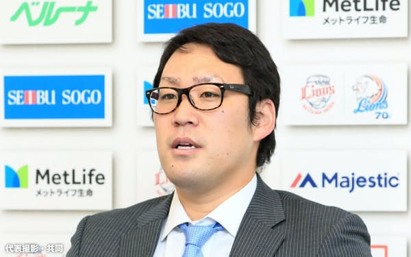 契約更改交渉を終え、取材に応じる西武・増田(12日、埼玉県所沢市の球団事務所)=代表撮影・共同