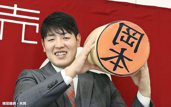 契約更改交渉を終え、笑顔を見せる巨人・岡本(16日、東京・大手町の球団事務所)=球団提供・共同