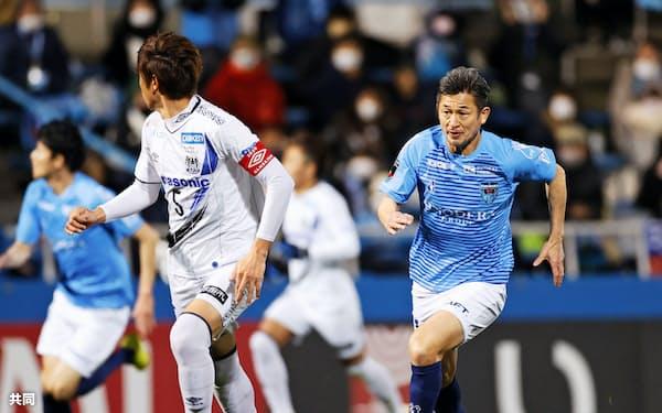 後半、途中出場した横浜FC・三浦=右(16日、ニッパツ)=共同