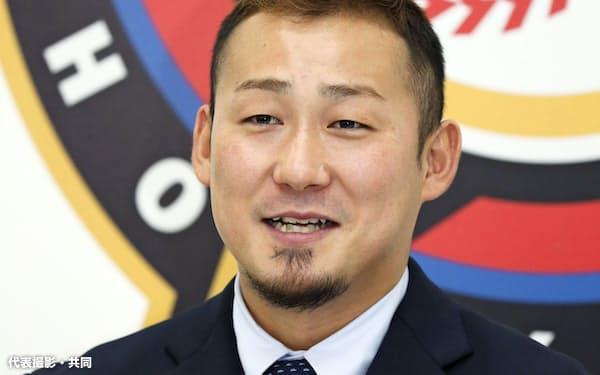 契約更改交渉を終え、記者会見する日本ハム・中田(17日、札幌市内の球団事務所)=代表撮影・共同