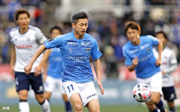 横浜FC―横浜M 後半、途中出場しボールを追う横浜FC・三浦。自身が持つJ1最年長出場記録を更新した(19日、ニッパツ)=共同