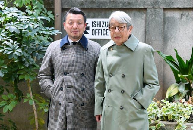 石津謙介さんから受け継いだコートを着用する息子の祥介さん(右)と孫の塁さん