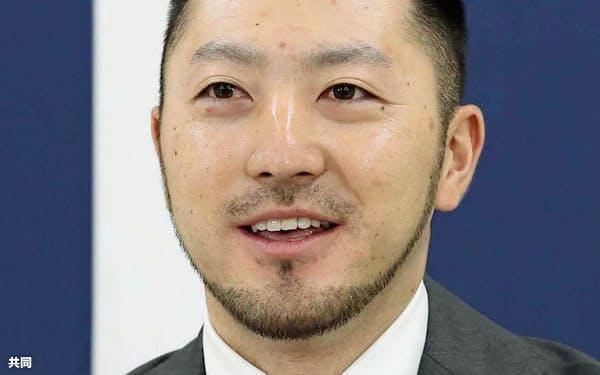 契約更改を終え、記者会見する広島・菊池涼(21日、マツダスタジアム)=共同