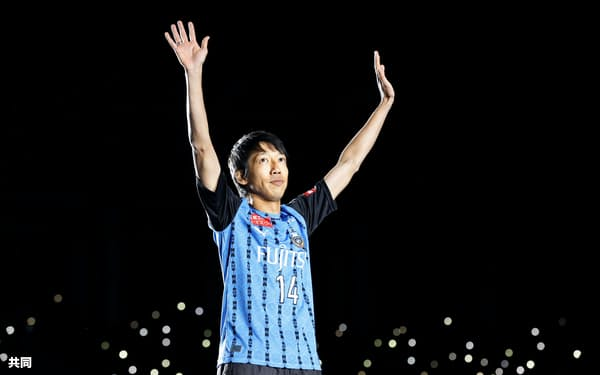 引退セレモニーでファンの拍手に応える川崎・中村(21日、等々力)=共同