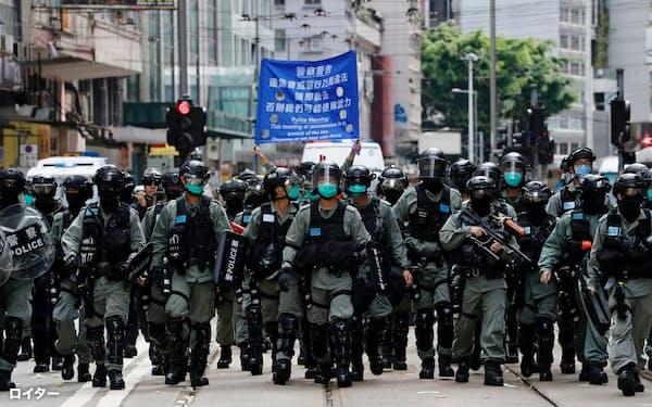 抗議活動を取り締まる香港警察(7月1日、香港)=ロイター