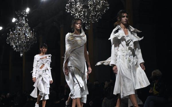 日本人デザイナーとして唯一、パリで開いた山本耀司さんのレディース・ファッションショー(10月、パリ市庁舎で)