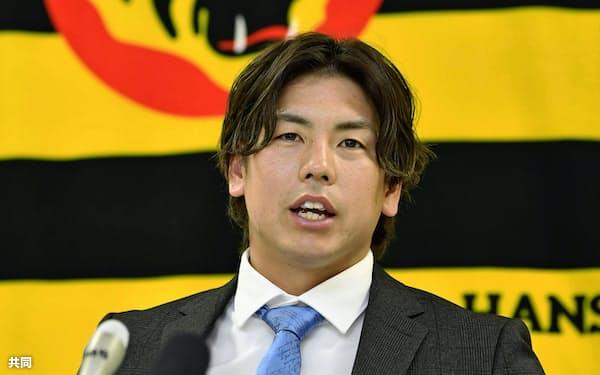契約を更改し、記者会見する阪神・梅野(22日、兵庫県西宮市)=共同