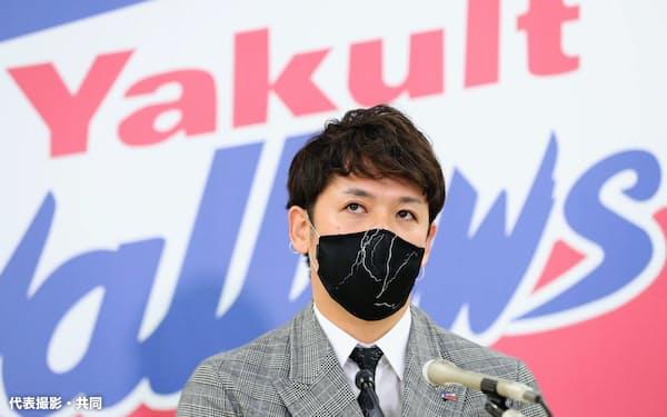 ヤクルト残留が決まり、取材に応じる小川泰弘投手(25日、東京都内の球団事務所)=代表撮影・共同