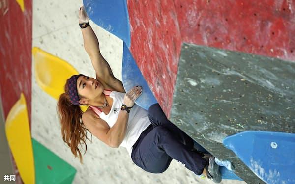 女子予選 ボルダリングの野中生萌(26日、石鎚クライミングパークSAIJO)=共同