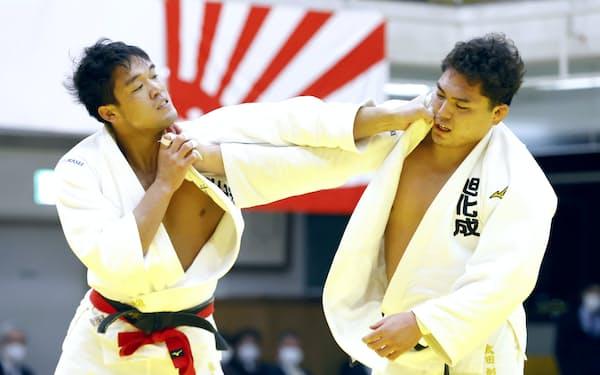 全日本柔道選手権大会決勝で太田(右)を攻める羽賀(26日、東京都文京区)