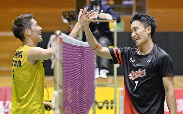 男子シングルスで優勝し常山幹太(左)と健闘をたたえ合う桃田賢斗(27日、町田市立総合体育館)=共同