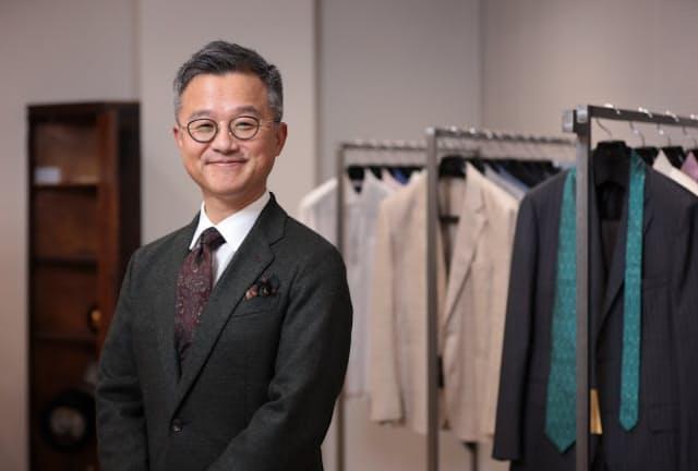 「ものやブランドの背景に語れるものがたくさんある英国で、服や雑貨に魅了されました」と話すジョイックスコーポレーション社長の塩川弘晃さん(東京・千代田の本社)