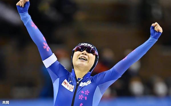 女子3000メートルで自身の国内最高記録を更新し、喜ぶ高木美帆(28日、明治北海道十勝オーバル)=共同