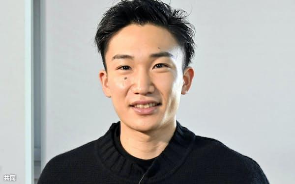 新年の目標を記した絵馬を手にするバドミントン男子の桃田賢斗(1日、東京都内)=共同