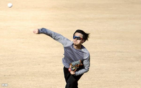 キャッチボールする日本ハム・上沢(7日、千葉県鎌ケ谷市)=共同