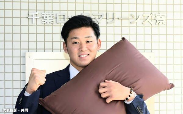 球団寮で枕を手にするロッテのドラフト1位、鈴木昭汰投手(7日、さいたま市)=代表撮影・共同