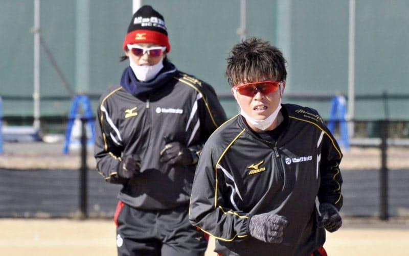 ソフトボール日本リーグのビックカメラ高崎に移籍し、上野由岐子(左)と練習する藤田倭(7日、群馬県高崎市)=共同