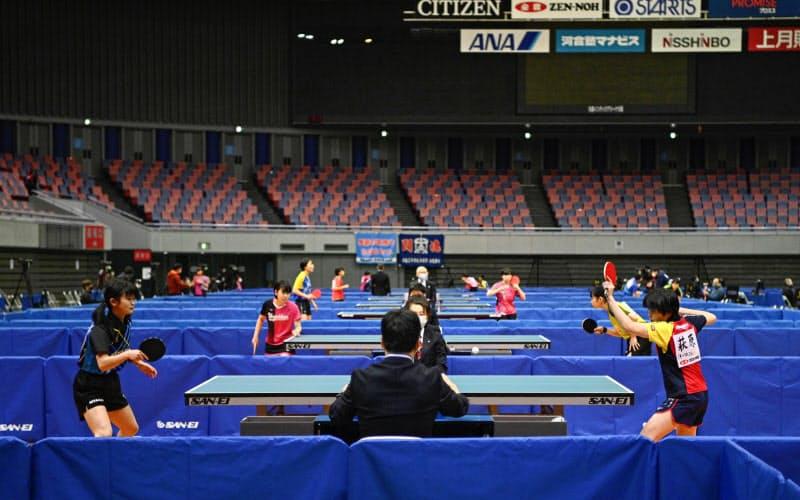 無観客での開催となった会場で、プレーする選手たち(11日、丸善インテックアリーナ大阪)=共同