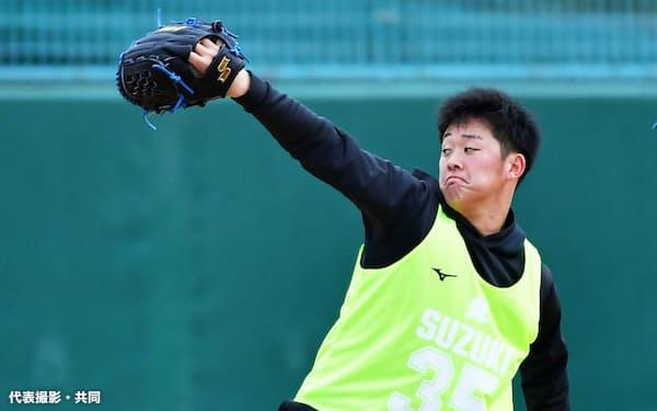 新人合同自主練習でキャッチボールをするロッテ・鈴木(11日、さいたま市)=代表撮影・共同