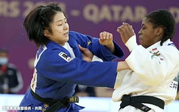 女子57キロ級決勝 サラレオニー・シシケ(右)を攻める芳田司(11日、ドーハ)=国際柔道連盟提供・共同