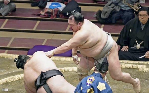 北勝富士が突き落としで貴景勝を破る(12日、両国国技館)=共同